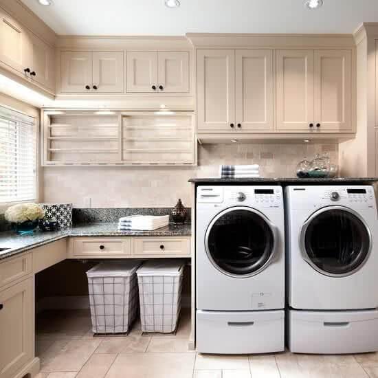Decoração de lavandeira com bancada de granito