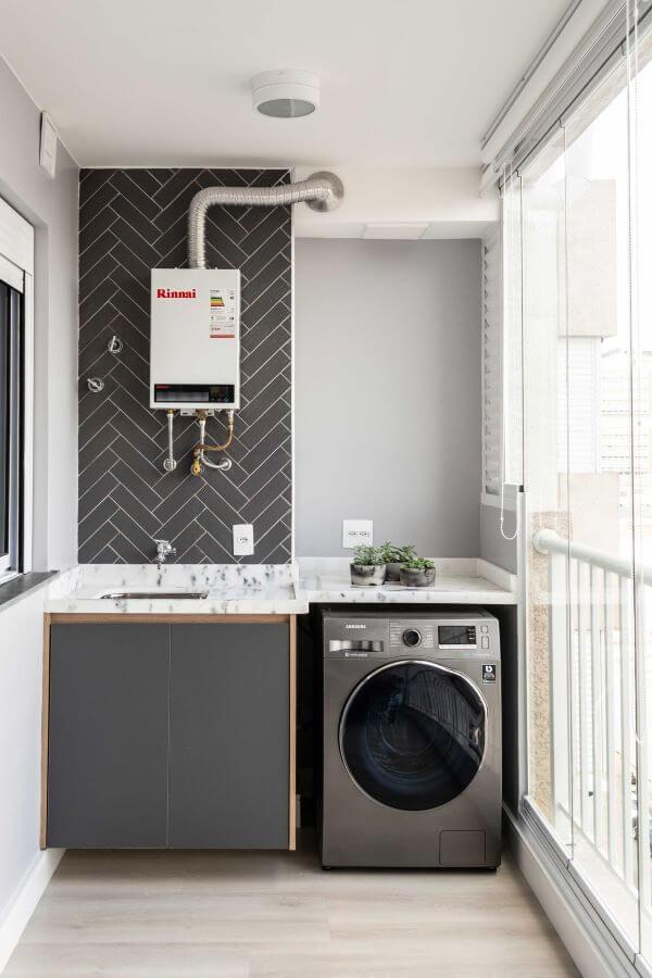 Lavanderia planejada com revestimento cinza
