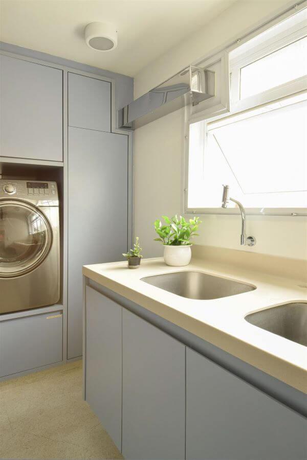 Decoração moderna com lavanderia planejada azul