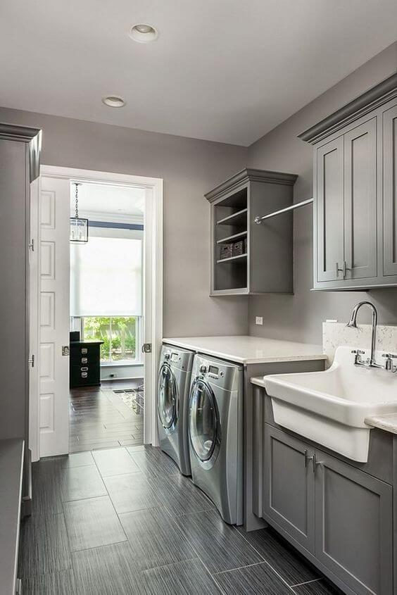 Decoração de lavandeira com pintura cinza claro