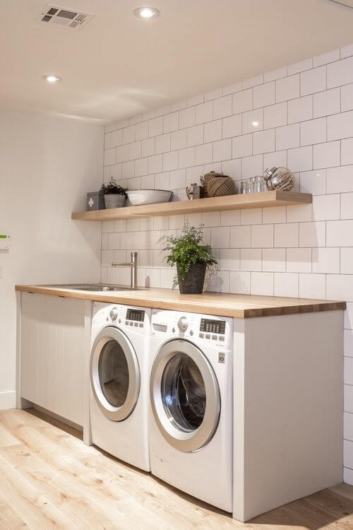 Lavandeira planejada com prateleiras e bancada de madeira