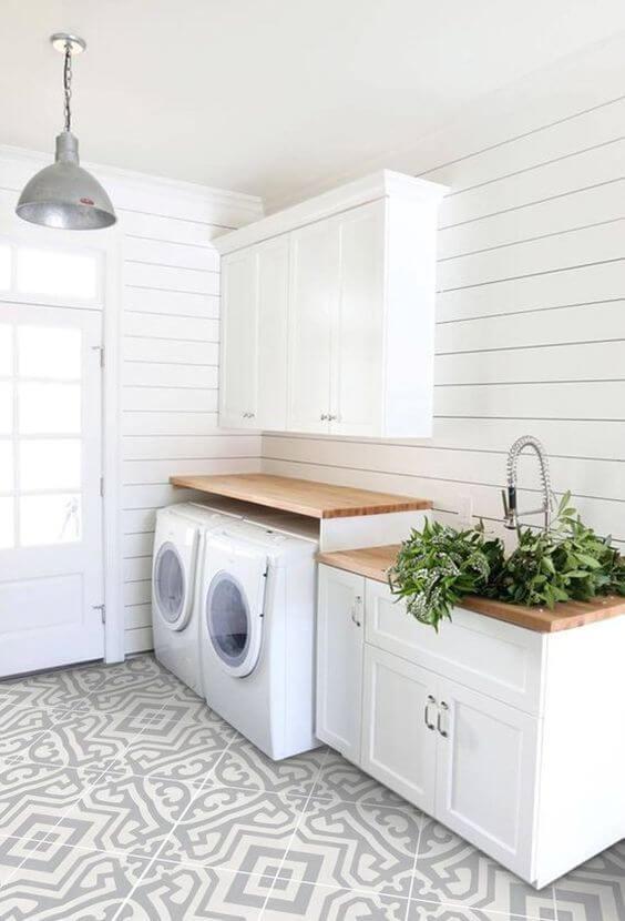 Coloque armários e gabinetes práticos na sua lavanderia