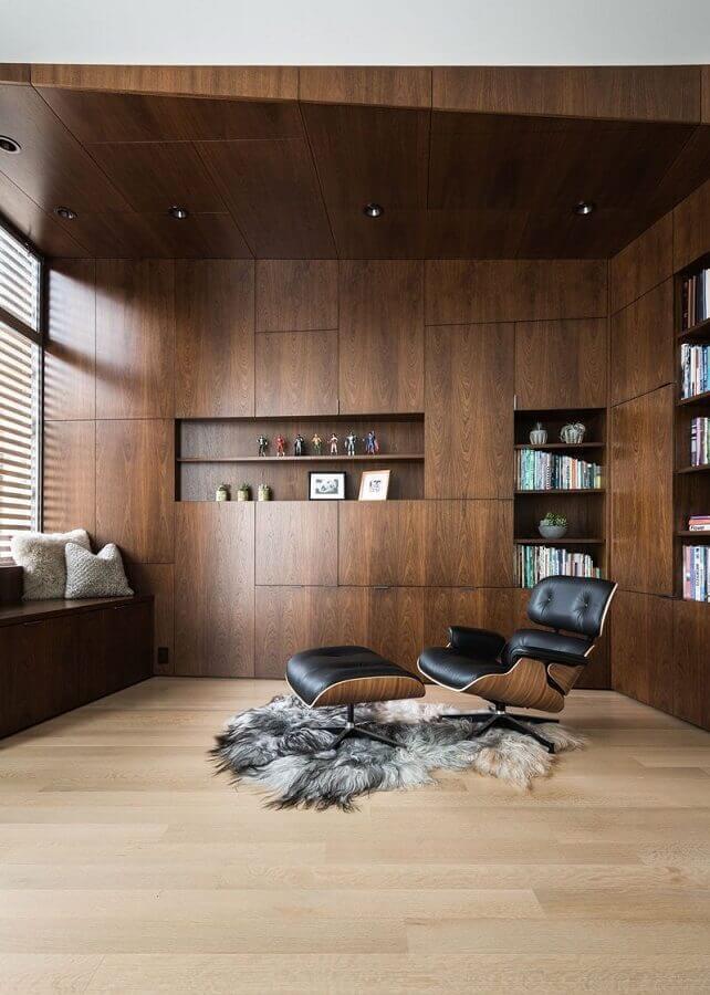 escritório amadeirado decorado com poltrona com puff para leitura Foto Archilovers