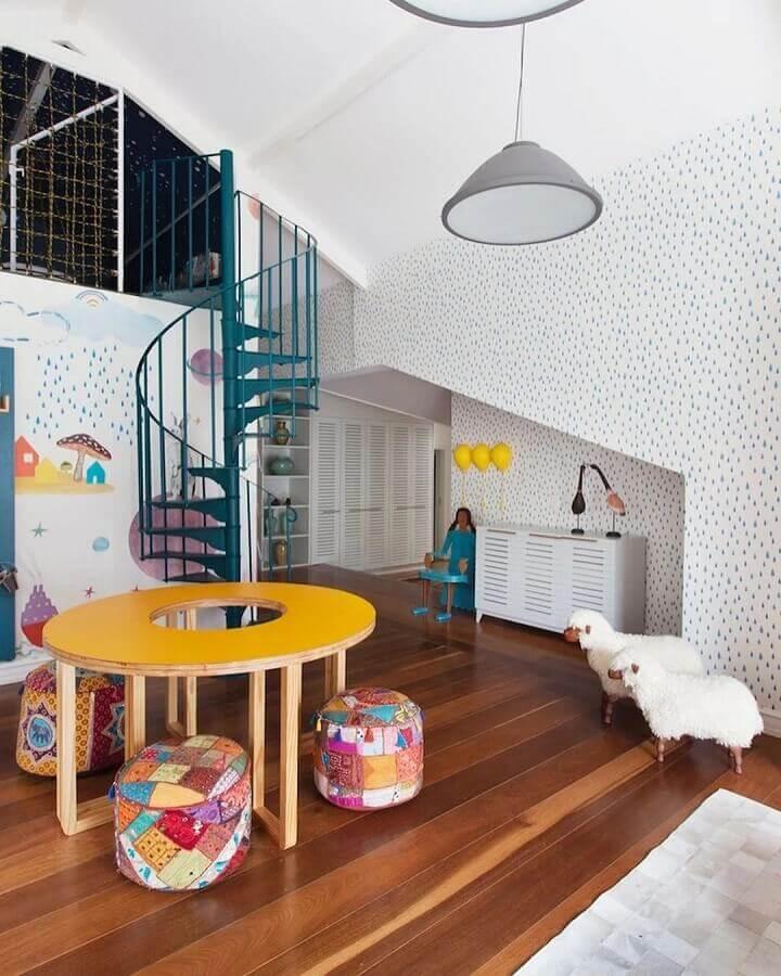espaço infantil decorado com puff redondo colorido Foto Na Toca