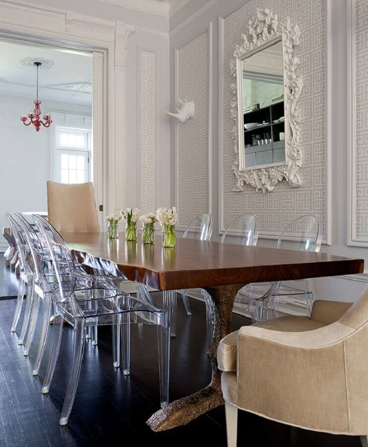 espelho com moldura branca provençal para sala de jantar decorada com cadeiras de acrílico Foto Home Fashion Trend