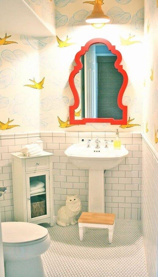 espelho com moldura colorida para banheiro branco decorado com papel de parede Foto Arquitrecos