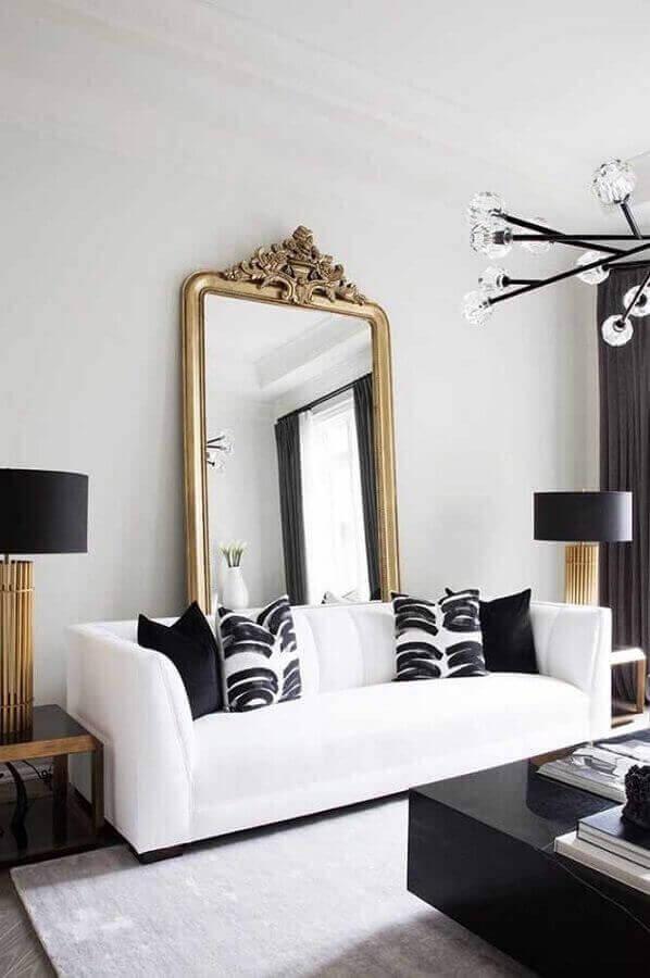 espelho com moldura para sala de estar decorada com sofá branco e abajur preto  Foto Pinterest