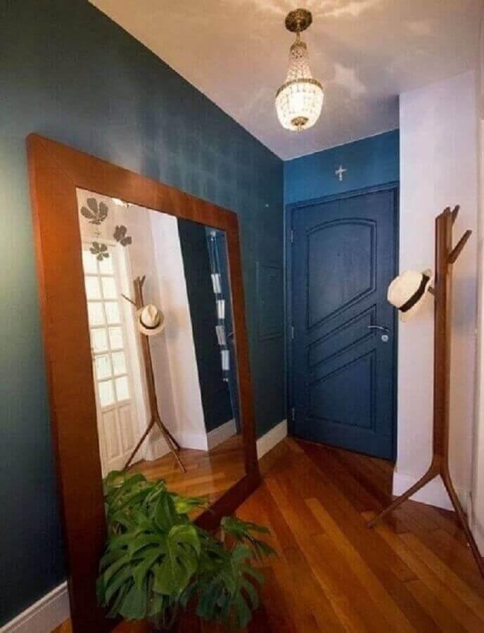 espelho grande com moldura de madeira para hall de entrada azul  Foto Mis Arquitetura e Interiores