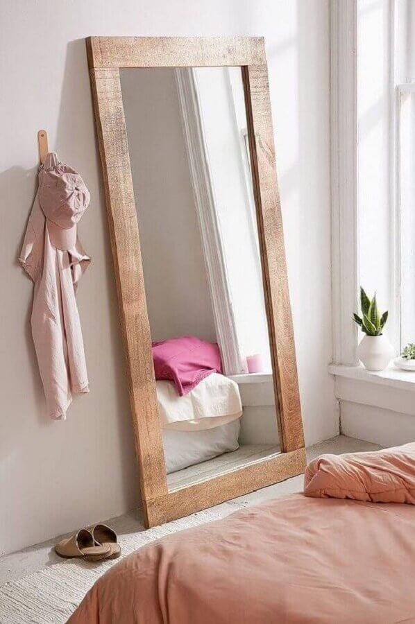 espelho grande com moldura de madeira para quarto minimalista Foto Pinterest
