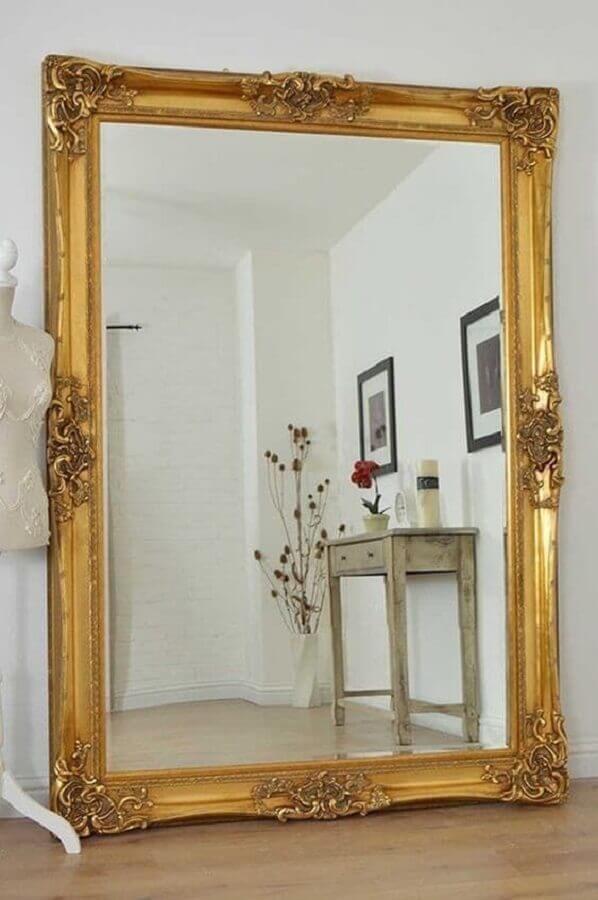 espelho grande com moldura dourada clássica  Foto Pinterest