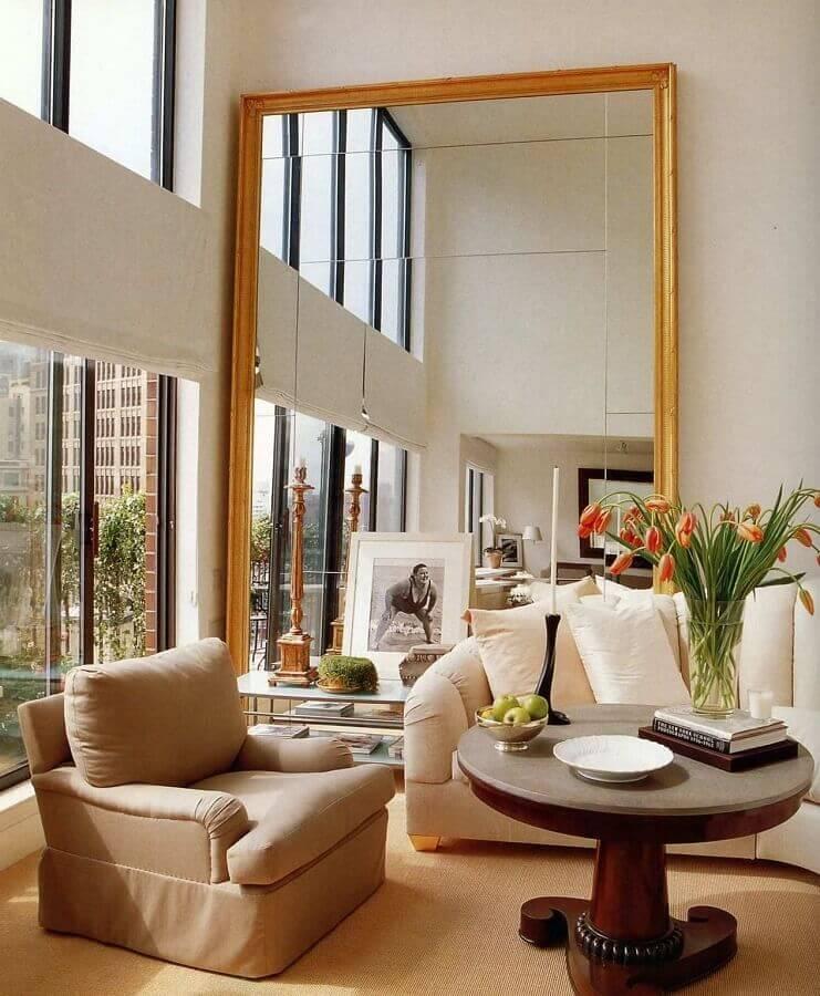 espelho grande com moldura dourada para sala bege sofisticada Foto Apartment Therapy
