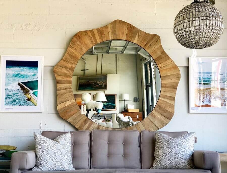 espelho redondo com moldura de madeira para sala de estar com sofá cinza Foto Pinterest