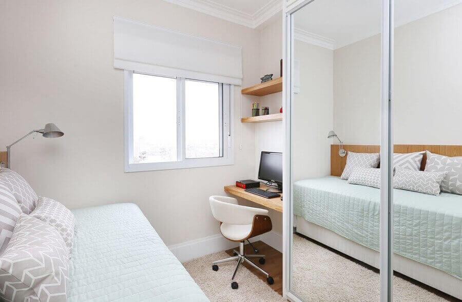 guarda roupa espelhado para quarto pequeno com escrivaninha de madeira Foto Renata Cafaro