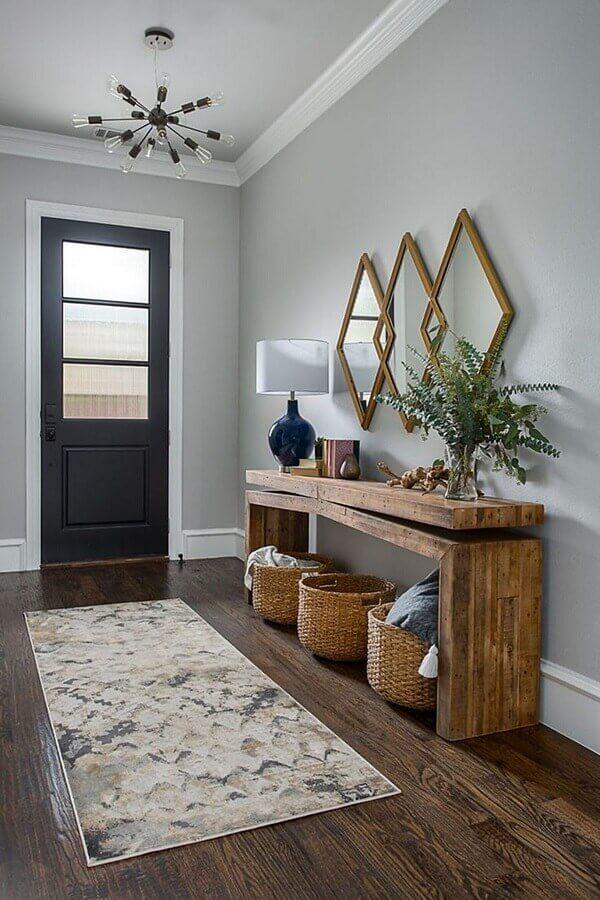 hall de entrada decorado com aparador rústico e espelho com moldura de madeira Foto Apartment Therapy