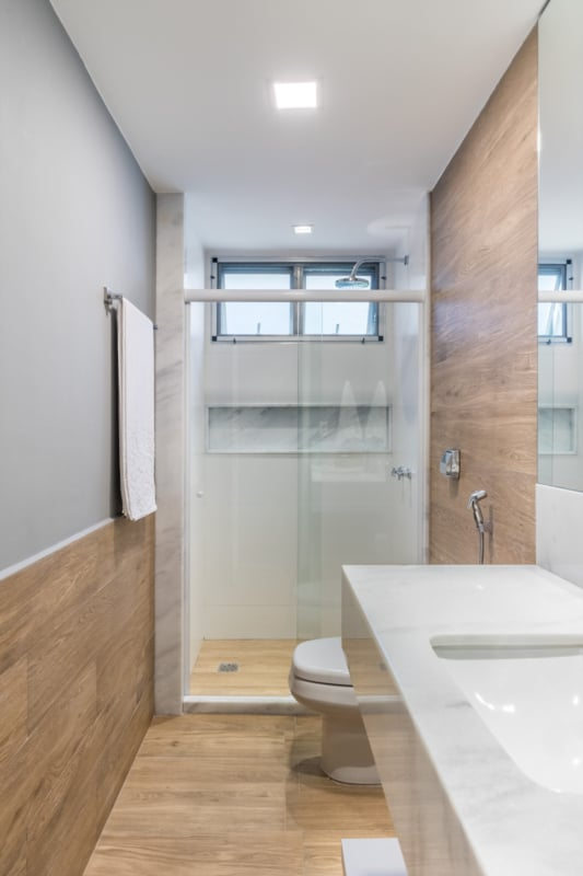 Ideias de banheiro amadeirado cinza e branco