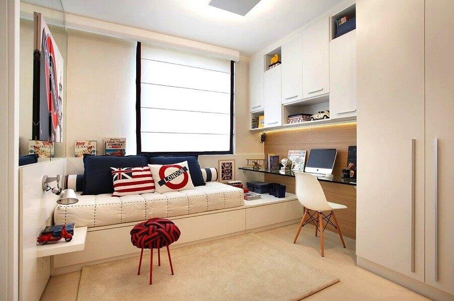 jogo de quarto com escrivaninha de vidro e armários planejados brancos Foto Newlar Móveis