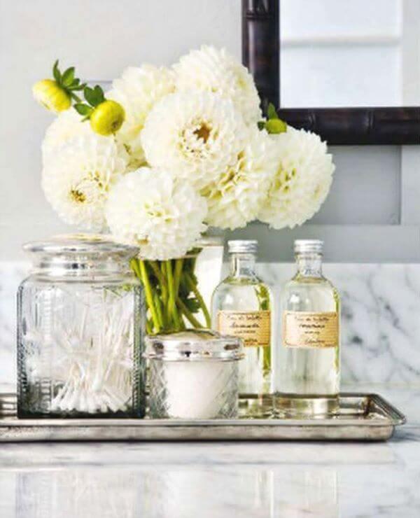 Kit para banheiro com flor branca na decoração