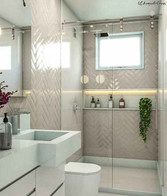 Banheiro branco com nicho no box