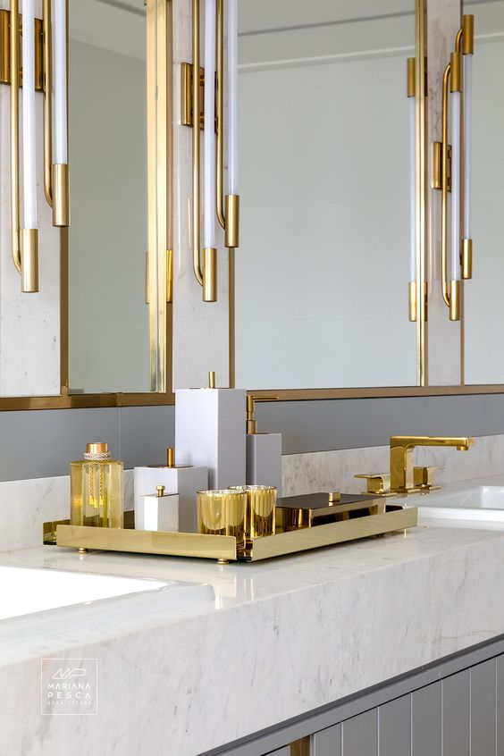 Kit para banheiro dourado com torneira da mesma cor