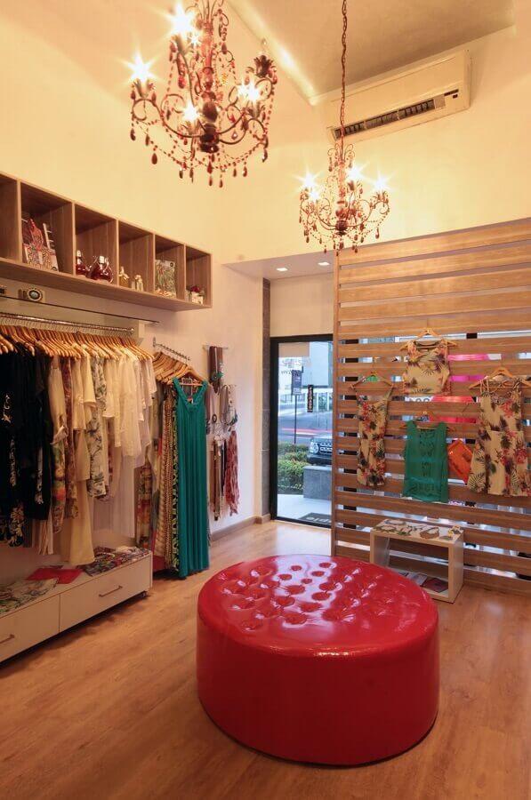 loja decorada com lustre candelabro e puff redondo colorido Foto Pinterest