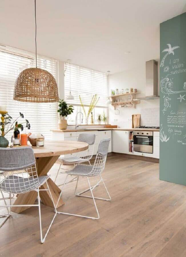 luminária pendente rústica para decoração de sala de jantar integrada com a cozinha Foto Casa de Valentina