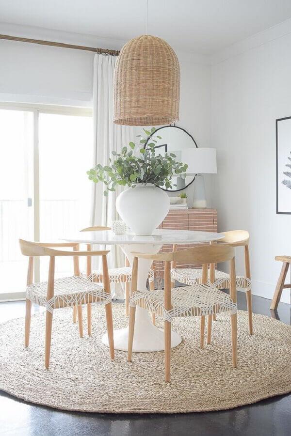 luminária rústica de teto para sala de jantar decorada com tapete sisal e mesa branca redonda Foto ZDesign At Home