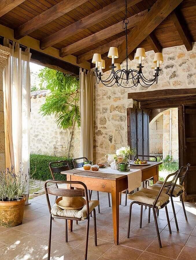 luminária rústica para varanda decorada com parede de pedras Foto Casa de Valentina