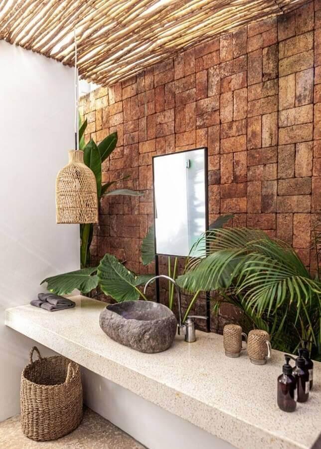luminária rústica pendente para decoração de banheiro com cuba de pedra Foto Casa de Irene