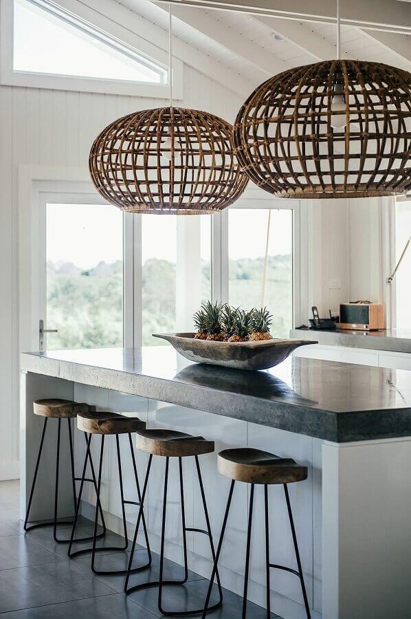 luminária rústica pendente para decoração de cozinha com ilha Foto Pinterest
