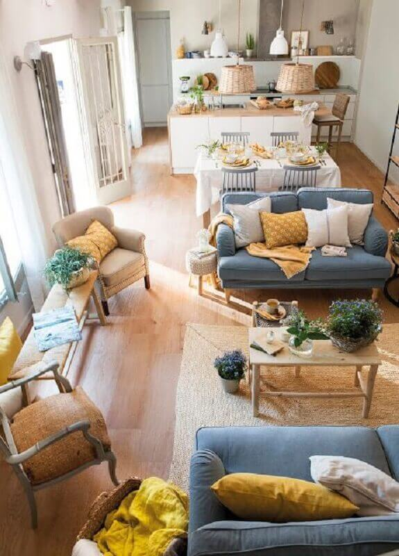 madeira clara para revestimento de casa conceito aberto com sofás azuis Foto Blog Achados de Decoração