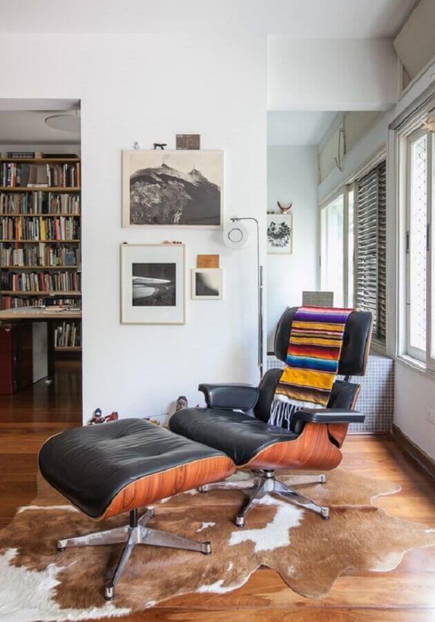 manta colorida para decoração de poltrona de couro preto confortável Foto Histórias de Casa