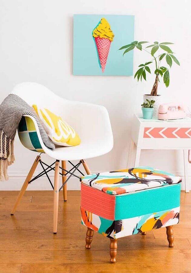 manta e puff colorido para sala clean decorada com cadeira eames branca Foto Jeito de Casa