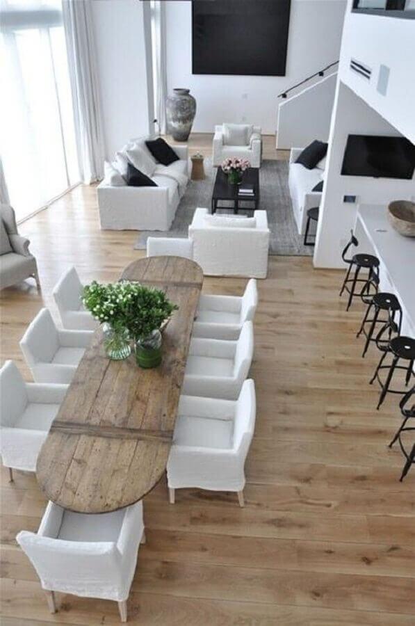 modelo de casa conceito aberto grande branca com madeira Foto Constance Zahn