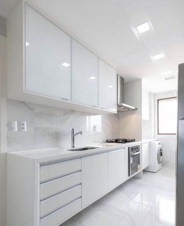 Cozinha branca com lavanderia planejada