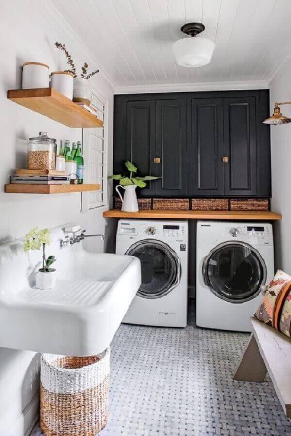 Modelo de lavandeira simples decorada com prateleiras e revestimento de madeira