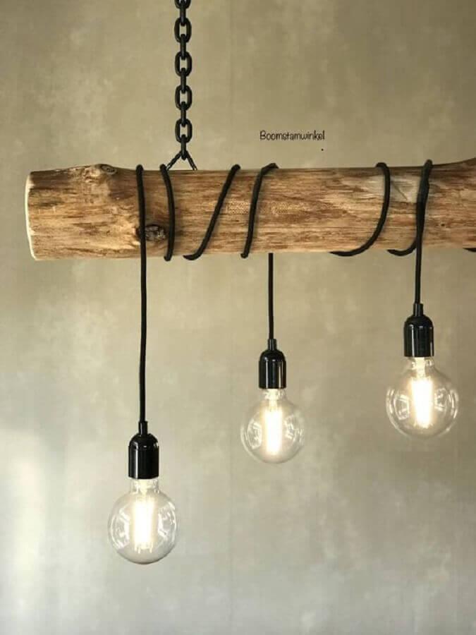 modelo de luminária rústica de madeira e corrente Foto Boom Stam Winkel