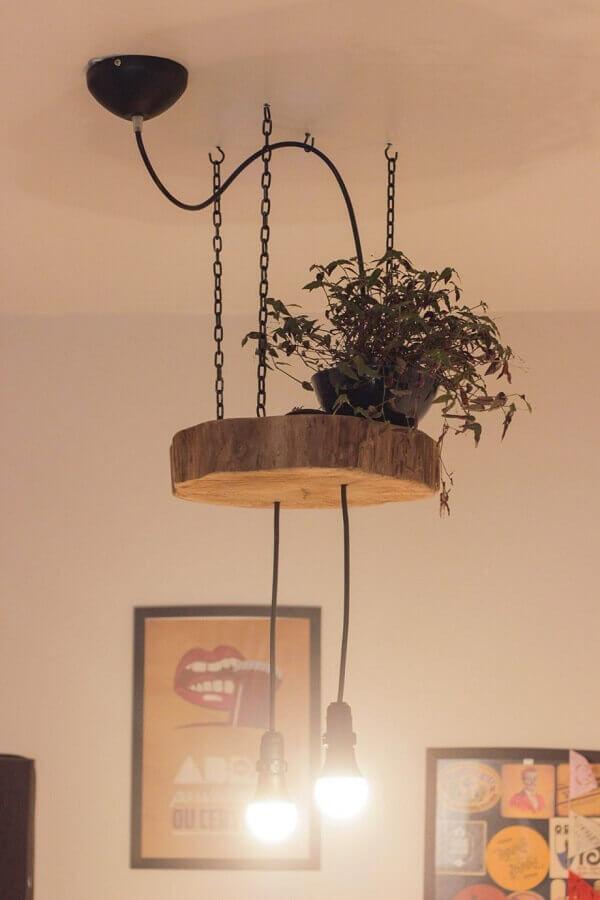 modelo de luminária rústica de teto decorada com vaso de planta Foto Pinterest