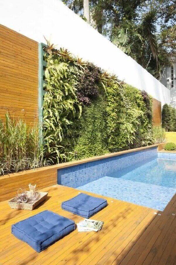Piscina com muro de plantas