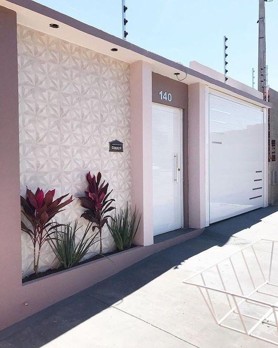 Casa com muros bonitos e porta branca
