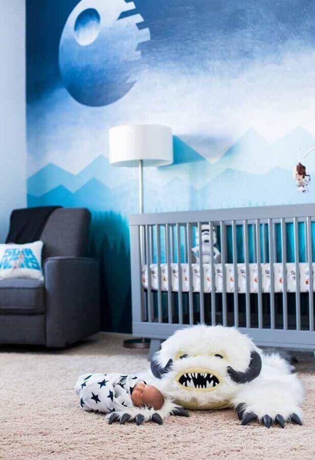 papel de parede azul para quarto de bebê com móveis cinza Foto OKKA
