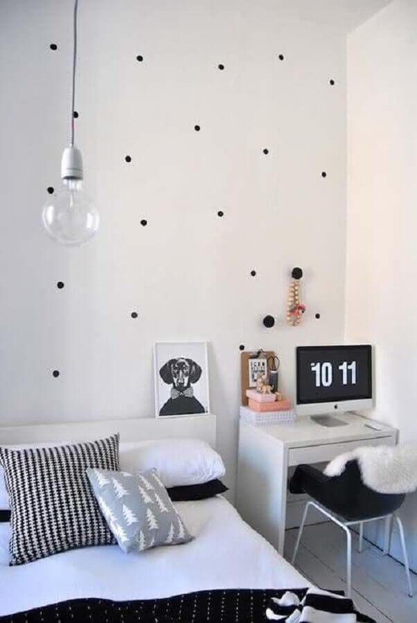 papel de parede de bolinhas para decoração de quarto com escrivaninha pequena branca Foto Pinterest