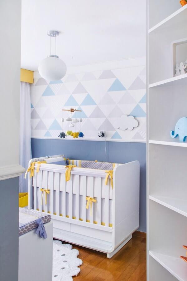 papel de parede geométrico para decoração de quarto de bebê azul e branco com detalhes em amarelo Foto Casa & Ambiente Bebê