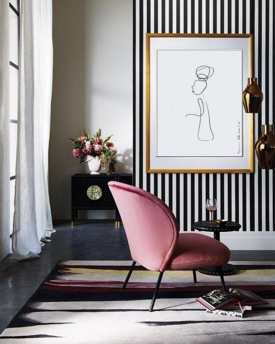 Sala de estar com papel de parede listrado