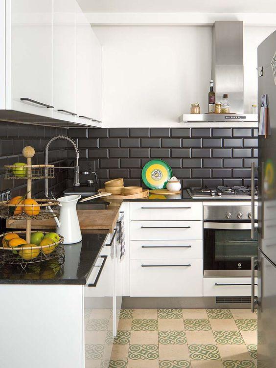 Papel de parede preto na cozinha moderna