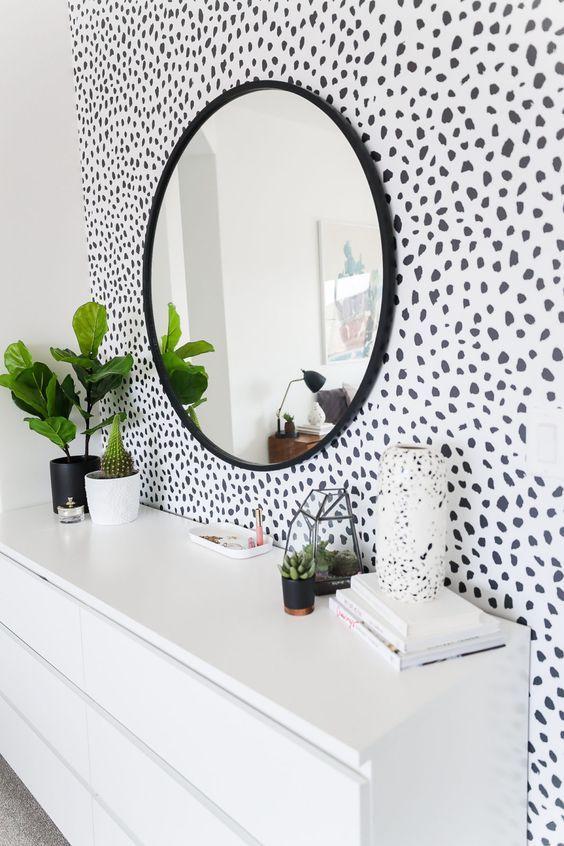 Papel de parede preto e branco no banheiro