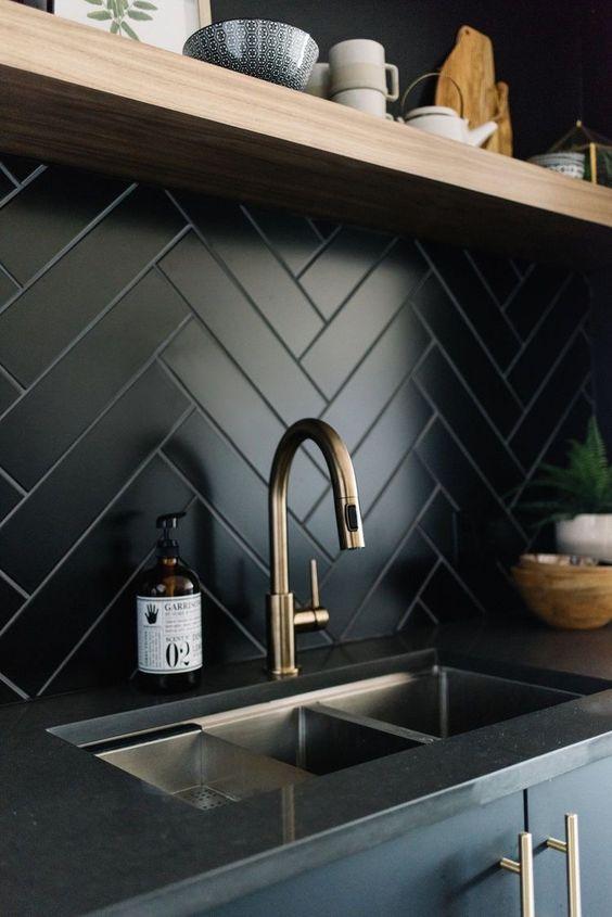 Cozinha com papel de parede preto