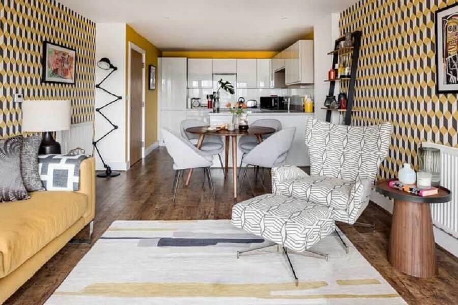 papel de parede retrô para decoração de casa em conceito aberto Foto JERA Arquitetura e Engenharia