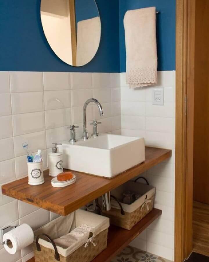 parede azul e branca para decoração de banheiro simples e pequeno Foto Jeito de Casa