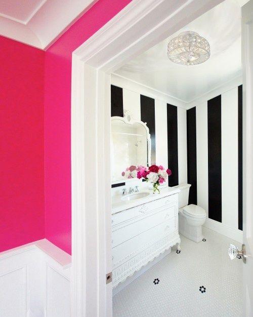 Parede rosa pink e papel de parede preto e branco