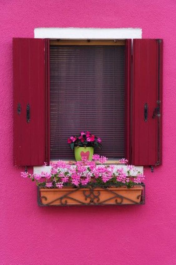 Parede de casa rosa pink com flores combinando